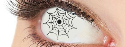 Augen mit eingesetzten Halloween Kontaktlinsen